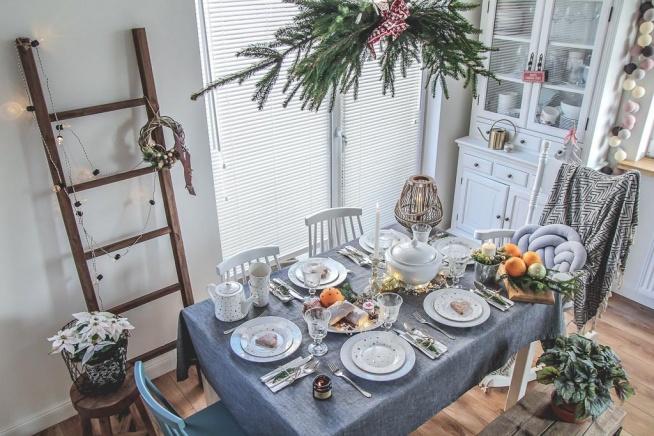 Propozycja świątecznego stołu, proste pomysły na dekoracje i ozdoby, a także kwietnik DIY. Zapraszam! :)