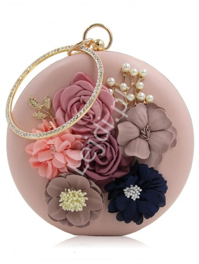 Okrągła torebka z kwiatkami i koralikami 3D  Cudo! Unikat! okrągła torebeczka w kolorze pudrowego różu z ekoskórki z efektownymi kwiatami i koralikami 3D. Ozdobny okrągły uchwyt torebki wysadzany kryształkami nadaje jej wyjątkowego wyglądu. Torebkę zdobią okucia i zapięcie w kolorze złotym. Torebeczka posiada  również łańcuszek do noszenia na ramieniu.