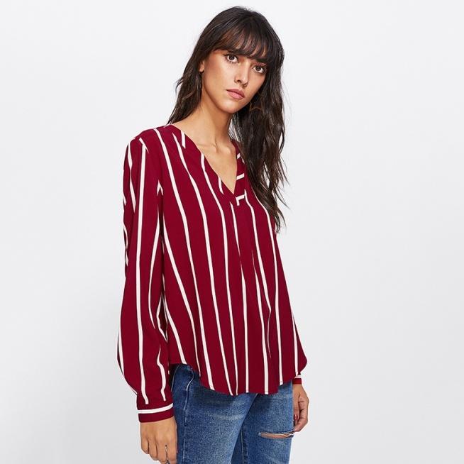 Bardzo casualowa, luźna bluzka w pionowe paski. Pasuje do wszystkiego :) Kliknij w zdjęcie i zobacz, gdzie ją kupić.