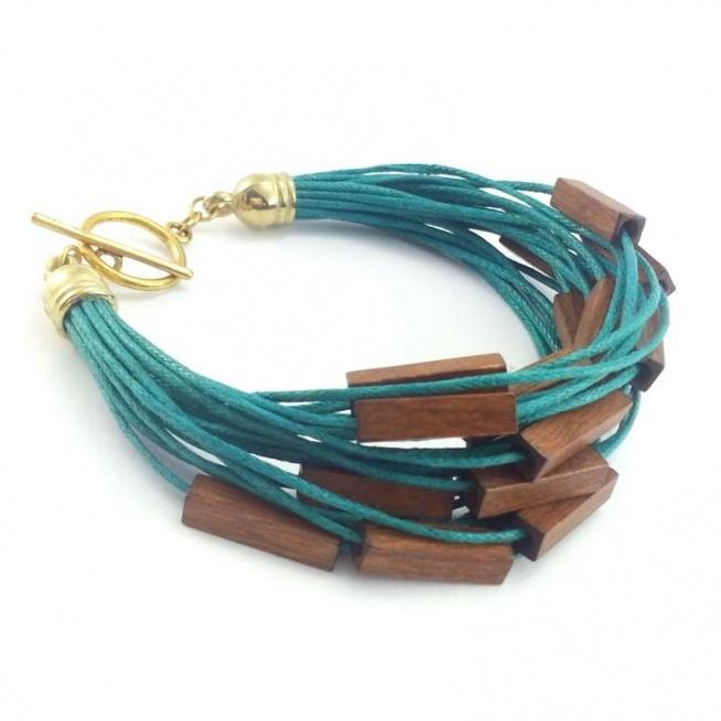 Szmaragdowa bransoletka ze sznurka bawełnianego z brązowymi koralikami z drewna.