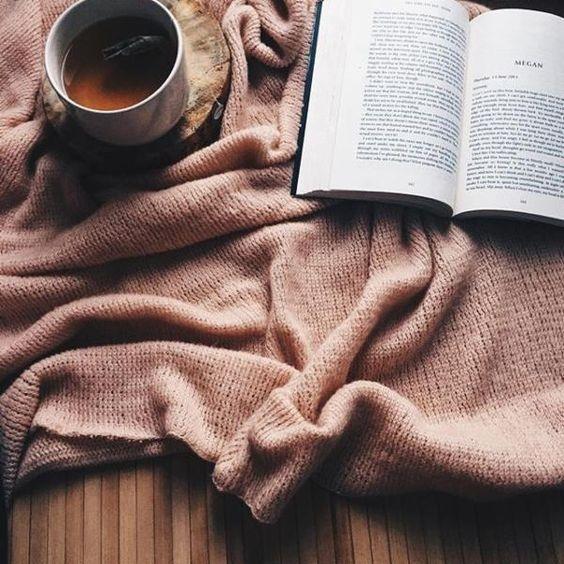 Okres świąteczny to również chwila odpoczynku od ciągłej nauki. Niema to jak relaks przy dobrej książce pod ciepłym kocykiem i herbatką. I te miliony światełek zawsze w tle...