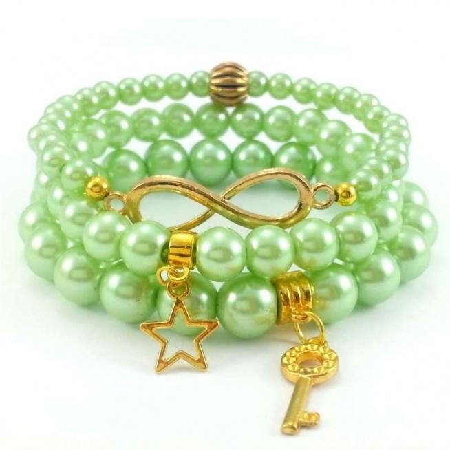 KOMPLET BRANSOLETEK PASTELOWE ZIELONE PERŁY I ZŁOTE CHARMSY  Komplet pastelowych bransoletek w odcieniu zieleni z zawieszkami charms w kształcie klucza, gwiazdy  i znaku nieskończoność.