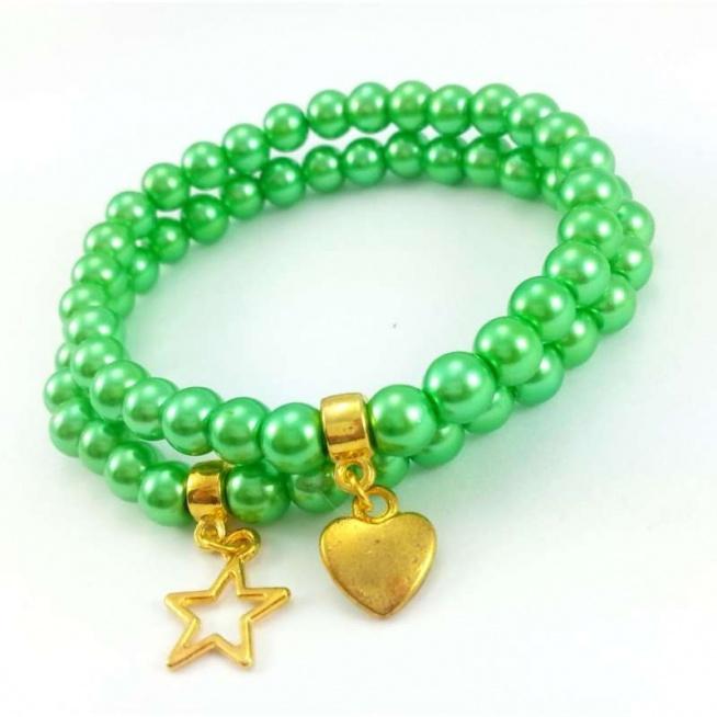 KOMPLET BRANSOLETEK ZIELONA PERŁA Z CHARMSAMI  Komplet bransoletek z pereł w kolorze zielonym ze złotymi charmsami gwiazdą i sercem.