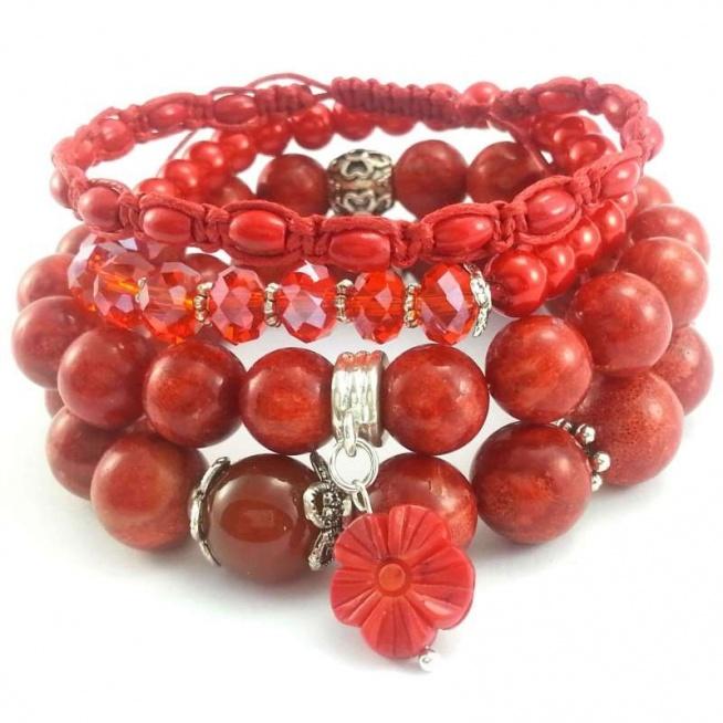 KOMPLET BRANSOLETEK 4W1 CZERWONE- KORAL I KRYSZTAŁKI Komplet czterech bransoletek wykonanych ręcznie. Można je nosić razem lub osobno. Dwie bransoletki na gumce z czerwonego korala o wielkości 10,12 mm i agatu z elementami modułowymi i przywieszką w kształcie kwiatu, również z korala. Jedna bransoletka z kryształków o wielkości 8x6 mm i pereł szklanych 6 mm. Bransoletka z plecionego sznurka bawełnianego z koralami drewnianymi 6x3 mm.  Elementy metalowe w kolorze srebrnym.  Bransoletki będą pasowały na nadgarstek 15,16 cm średnicy.