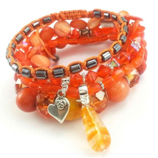 ZESTAW BRANSOLETEK 5W1 POMARAŃCZOWE- KAMIENIE HOWLITU I HEMATYTU Komplet pięciu bransoletek wykonanych ręcznie. Można je nosić razem lub osobno.  Jedna bransoletka z bryłek hematytu 4-5 mm wyplecionych na bawełnianym, pomarańczowym sznurku.  Druga i trzecia bransoletka z wysokiej jakości szkła w kształcie czworokątów i walców ok. 5 mm z przywieszkami charms w kształcie serduszka z różą i fantazyjnego sopla ok 20 mm.  Czwarta bransoletka z krażków masy perłowej o wielkości 10 mm.  Ostatnia, największa bransoletka wykonana z kul i talarków howlitu 14, 12, 6 mm, marmuru 12 mm i modułowych kryształków szklanych 16 mm.   W bransoletkach zostały wykorzystane elementy metalowe w kolorze srebrnym.   Kamienie: howlit, marmur, hematyt oraz szkło  i masa perłowa. Bransoletki będą pasowały na nadgarstek 15,16 cm średnicy.