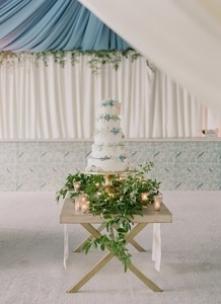 Tort weselny z niebieskimi ...
