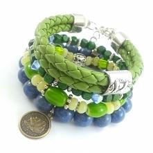 Zestaw bransoletek w odcieniu zieleni i niebieskiego z kamieniami korala, jadeitu, drewnianymi koralikami i ekologiczną skórą.