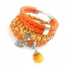 Zestaw pomarańczowo rudych bransoletek ze skórą, kryształkami, karneolem i awenturynem.