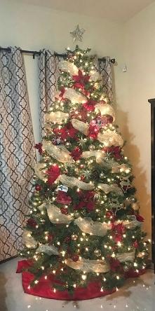 Święta kojarzą mi się ze spokojem, rodzinną atmosferą i oczywiście choinką. Te świąteczne drzewko które jest nieodłącznym dodatkiem świąt, przy którym ubieraniu musimy włożyć ty...