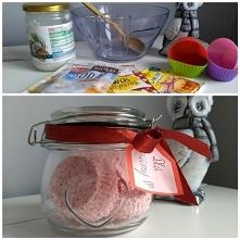 Domowy przepis na kule do kąpieli Prezent na ostatnią chwilę ;) Składniki: szklanka sody oczyszczonej, pół szklanki kwasu cytrynowego, dwie łyżki oleju kokosowego, łyżeczka cukr...
