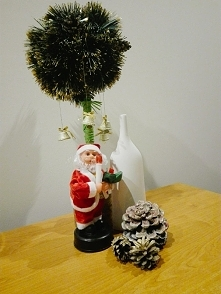 Mikołajki, szyszki, dzwoneczki, bożonarodzeniowe ozdoby jak najbardziej cieszą oko i radują serce :) Drzewko własnego autorstwa :)