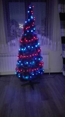 Choinka to chyba jeden z najpopularniejszych symboli Świąt Bożego Narodzenia. Uwielbiam ozdabiać świąteczne drzewko, zawsze mam z tego dużo radości. Na zdjęciu moje drzewko w ar...