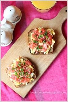 Grzanki z jajecznicą i pomidorami.
