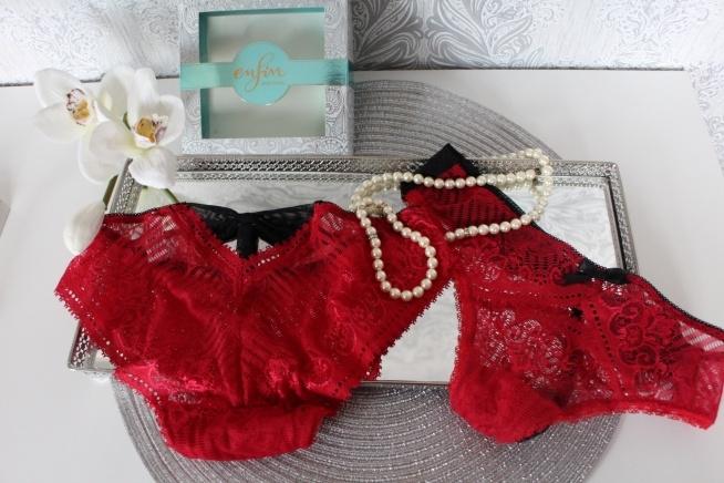 Zmysłowe, koronkowe majteczki w pięknym, nasyconym kolorze marki Enfin