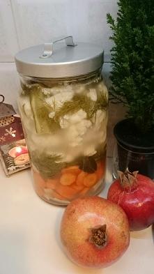 Kiszone warzywa. Marchew kroimy i kalafior oraz myjemy. Na dno chrzan i czosn...