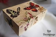 Herbaciarka w motyle. Decoupage