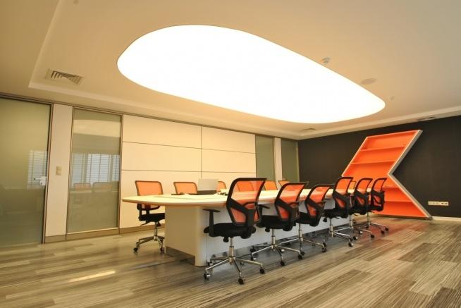 Sala Konferencyjna Z Oświetleniem Zabudowanym W Formie