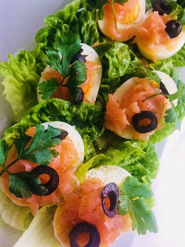 jajka, losos wędzony, oliwa z oliwek, oliwki, sałata,natka :) zapraszam na instastory tam wrzucam ile gram maja składniki itd insta vaneska_fit