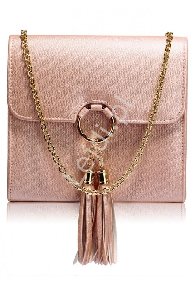 Przepiękna modna torebka z kółkiem i chwostami w fantastycznym kolorze błyszczącego metalicznego różu. Beautiful fashionable handbag with a circle and tassels in a fantastic color of shiny metallic pink