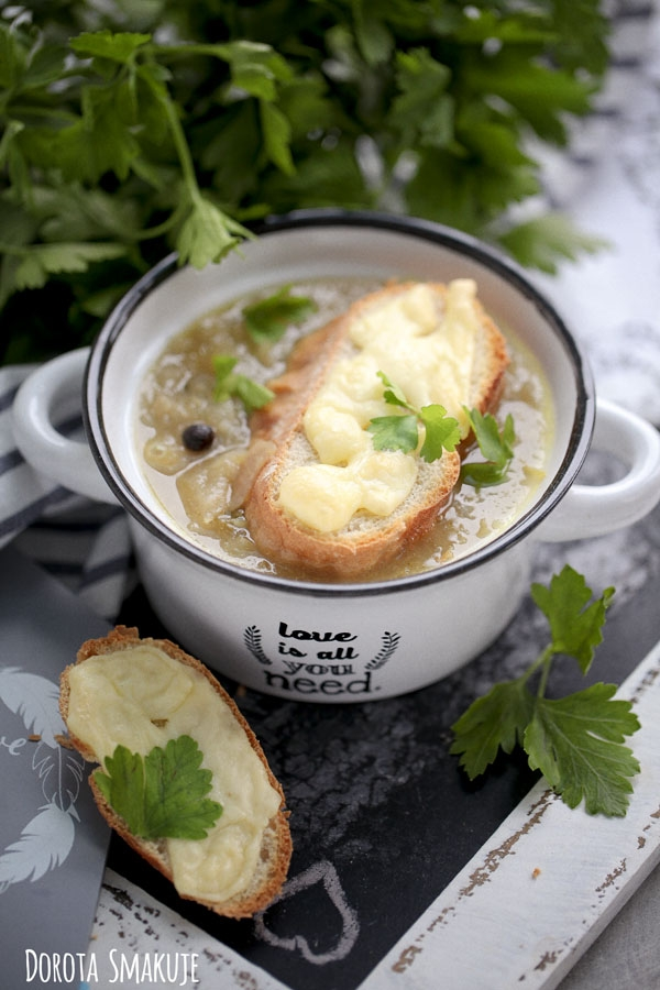 PRZEPIS NA ZUPA CEBULOWA Z GRZANKĄ Składniki na zupa cebulowa z grzanką: 1,5 kg cebuli 5 łyżek masła 1 łyżka mąki 1 marchewka 1 pietruszka 150g selera korzeniowego liść laurowy 6 szt ziela angielskiego sól pieprz   do podania: kromki bułki lub chleba tarty ser żółty   Jak zrobić zupa cebulowa z grzanką: Cebulę obieramy i siekamy, dusimy na roztopionym maśle aż stanie się miękka i szklista (nie możemy jej przypalić bo zupa będzie gorzka !) Do cebuli dodajemy mąkę, mieszamy, chwilkę przesmażamy. Zalewamy 1-1,5l wody (tyle by woda przykryła warzywa i była jeszcze ok 1 cm nad nimi). Dodajemy przyprawy. Włoszczyznę obieramy, dodajemy do cebuli i gotujemy 30 min. Doprawiamy do smaku. Kromki bułki opiekamy w piekarniku - kiedy lekko się zezłocą, posypujemy je startym żółtym serem i zapiekamy minutę aż ser się rozpuści. Porcję zupy podajemy z grzanką.
