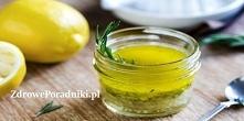 Wymieszaj sok z cytryny i oliwę z oliwek, aby uzyskać