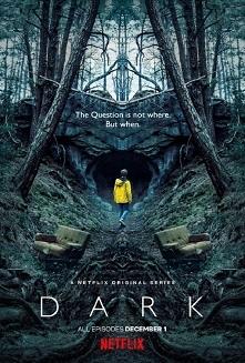 Akcja serialuDARK dzieje się w odludnym, niemieckim miasteczku Winden, znajdującym się w pobliżu elektrowni atomowej. W pewnym momencie dochodzi do zaginięcia dwóch chłopców. K...