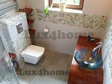 Pas dekoracyjny z otoczaków w łazience na ścianie - ściany z otoczaków w łazience. Zielone otoczaki na siatce - mozaika kamienna z otoczaków Lux4home™. Lux4home™ dostarcza na po...