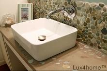 Zielone otoczaki do łazienki - mozaika z otoczaków na ścianie przy umywalce Zielone otoczaki na siatce - mozaika kamienna z otoczaków Lux4home™. Lux4home™ dostarcza na polski ry...