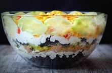 Sałatka warstwowa ryżem i tuńczykiem