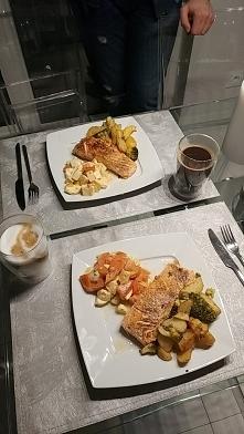 Sałatka z pomidora i mozarelli, łosoś pieczony oraz ziemniaczki i brokuły z p...