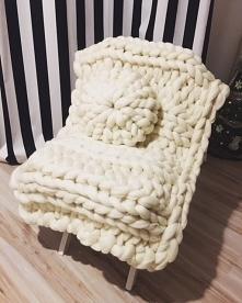 Pled + poduszka w kolorze czystej bieli. Rozmiar koca : 150*100 cm Cena za zestaw : 450 zł Zapraszamy !