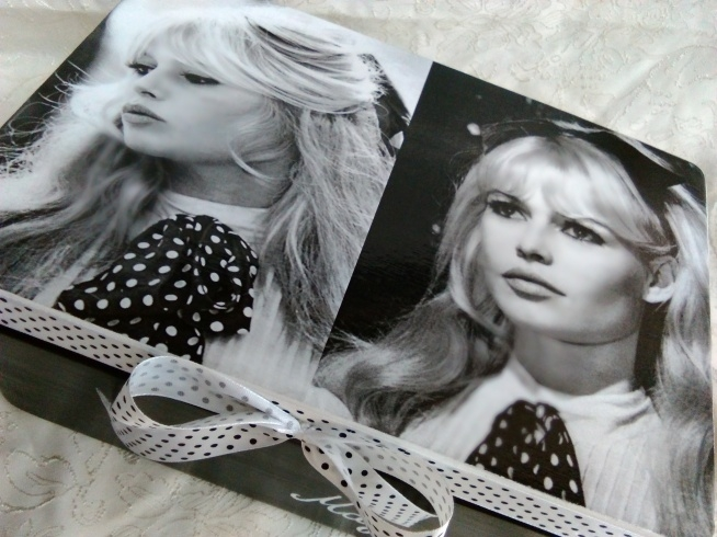 Skrzynka z Brigitte Bardot.