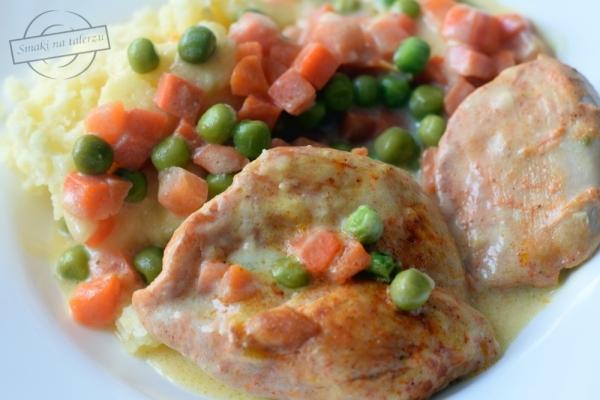 Filety z kurczaka z marchewką i groszkiem