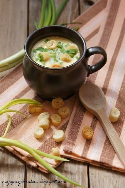 """Zupa krem """"góralska"""" z serków topionych Składniki na 4-6 osób: 200g serków topionych (moga być """"smakowe"""" lub czyste) 1-2 marchewki 1 cebula 150-200 ml kwaśniej śmietany 12-18% sól, pieprz, papryka słodka przyprawa warzywna (klik) 1-1,5 litra bulionu drobiowego (klik) szczypiorek lub zielona cebulka dymka Marchewkę obrać i pokroić w plastry, cebulę w ćwiartki i gotować do miękkości na bulionie. Dodać serki topione, śmietanę zmiksować dokładnie na gładki krem. Mozna dolać trochę wody. Doprawić do smaku. Podawać posypaną szczypiorkiem i grzankami czosnkowymi (klik). Zupa nie wychodzi bardzo gęsta. Jeśli takie lubimy można dodać 1-2 łyżki mąki. Ja jednak wolę ją w lżejszej wersji ;) Smacznego :)"""