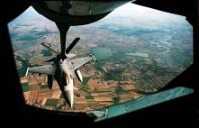 Amerykański myśliwiec tankuje w powietrzu. Taki obrazek miałem możliwość sfotografować z latającej stacji paliw. Widoki niesamowite. fot. Przemysław Graf zapraszamy na stronę Gr...