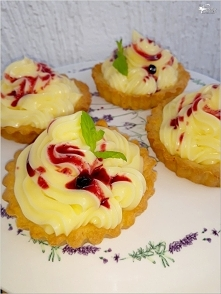 Tartaletki z konfiturą jagodową i kremem waniliowym