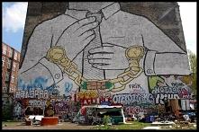 Poruszamy się po Berlinie w poszukiwaniu ciekawych graffiti. Tutaj rysunki pojawiają się wszędzie. W wielu miejscach mamy do czynienia ze zwykłym wandalizmem, ale nie brakuje ró...