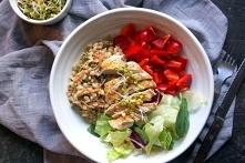 Obiadowa miska pełna zdrowia z kurczakiem