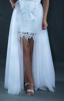Krótka sukienka z gipiury z dopinaną tiulową spódnicą.