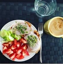 Na śniadanie pomidor, ogórek, placek otrębowy, wędlina, kiełki i kawa zbożowa ❤️