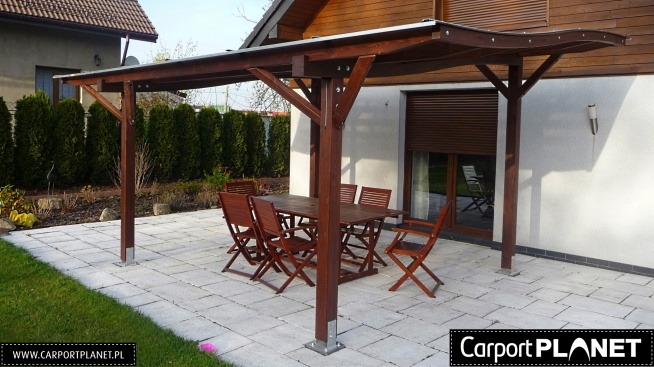 Zadaszenie tarasu projekt W4. Kształt dachu eska. Konstrukcja wykonana z drewna klejonego BSH. Pokrycie dachu z poliwęglanu litego Fastlock Uni.