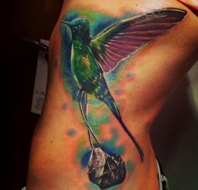 tatuaż z ptakiem na żebrach