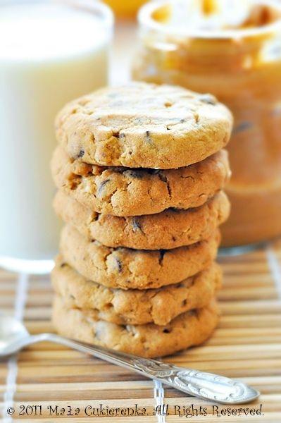 Ciasteczka z masłem orzechowym i czekoladą składniki na około 25 sztuk: 130g mąki 1 płaska łyżeczka sody szczypta soli 110g miękkiego masła 120g masła orzechowego 2/3 szklanki jasnego brązowego cukru 1 jajko aromat waniliowy 50g płatków owsianych 100g grubo poszatkowanej czekolady lub groszków czekoladowych1. Wymieszać razem mąkę, sodę i sól.2. W drugiej misce miksować przez około 3 minuty masło orzechowe, masło, cukier i parę kropli aromatu waniliowego. Dodać jajko i przez chwilę ucierać. 3. Wsypać mąkę i wymieszać mikserem na najniższych obrotach. Dodać płatki owsiane i czekoladę.4. Z ciasta formować rękami kulki, układać je na blaszce wyłożonej papierem do pieczenia i lekko spłaszczać. Piec w temperaturze 160oC na funkcji termoobieg przez około 12 minut. Po wyjęciu z piekarnika odstawić do ostygnięcia, żeby stwardniały.