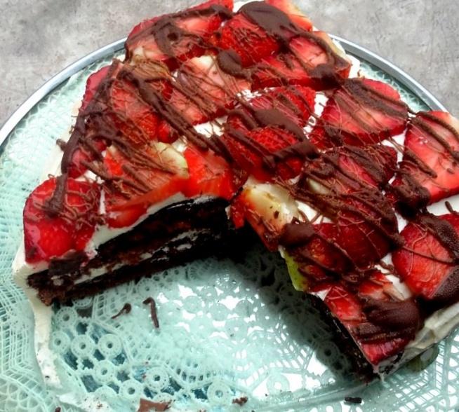 Biszkopt czekoladowy ze śmietaną i truskawkami. Idealny pomysł na walentynki, ale i na co dzień :) Bardzo proste ciasto do podania na wiele sposobów! Przepis po kliknięciu w zdjęcie.