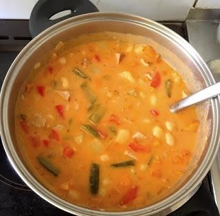 obiad jednogarnkowy - gulasz z fasolą i warzywami w pikantnym sosie paprykowym