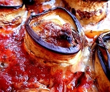 Roladki z bakłażana i mięsa mielonego w sosie pomidorowym. Pomysł na pyszny obiad. Wskazówki co zrobić by bakłażan nie pochłaniał ogromnej ilości tłuszczu.