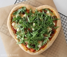 Pizza z fetą, mozzarellą, suszonymi pomidorami i rukolą :) Szybka i prosta, idealna na walentynki :)