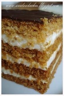 Miodownik warstwowy Składa się z 4 warstw ciasta kruchego, przełożonych kremem budyniowym. Ciasto kruche: 4szkl. mąki 2 łyżeczki sody 12łyżek cukru 30 dag margaryny 2 jajka 4łyż...