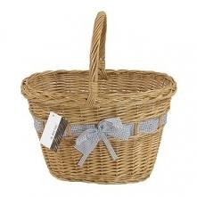 Zgrabny wiklinowy koszyk na małe zakupy, zdobiony wstążka z kokardą.