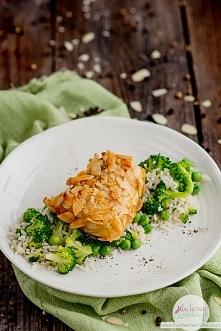 Dorsz w płatkach migdałowych z ryżem i zielonymi warzywami